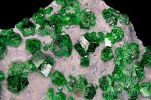 cristaux de grenat var. uvarovite : Saranovskii Mine (Saranovsko